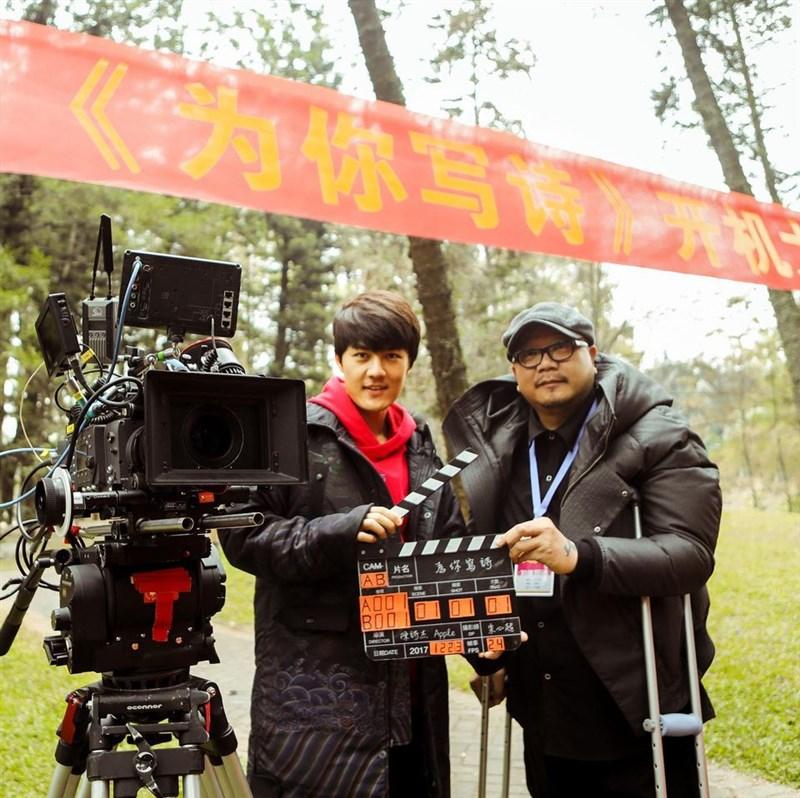 曾執導電影「殺手歐陽盆栽」的導演李豐博(右)過世,享年49歲。(圖取自facebook.com/iamkenjiwu)