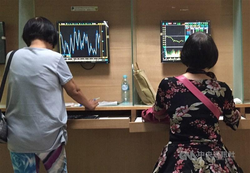 投顧表示,近期國際股市隨美國選舉與歐洲疫情變化而大幅波動,台股短線估將在12600點至13000點區間震盪。(中央社檔案照片)