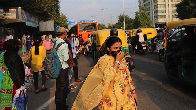 印度武漢肺炎疫情惡化,3月25日執行全國封鎖開始,陸續有台幹因擔心印度醫療水準而向公司請假回台,甚至還有台幹不惜辭職返台。圖為印度民眾戴口罩上街。(安納杜魯新聞社)