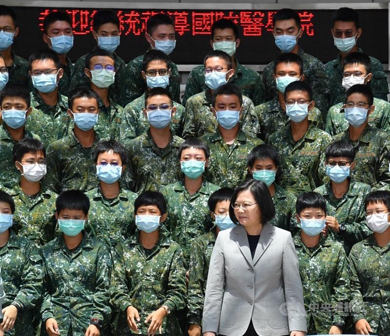 總統蔡英文的政府為促使美方有更強意願介入護衛台灣安全,正積極加強與無邦交盟邦的經貿合作。圖為蔡總統4日視導國防醫學院。(中央社檔案照片)