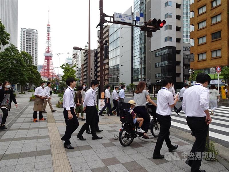 日本東京都政府表示,24日單日新增195例確診病例,累計病例數2萬4648例。圖為7月4日東京街頭。(中央社檔案照片)