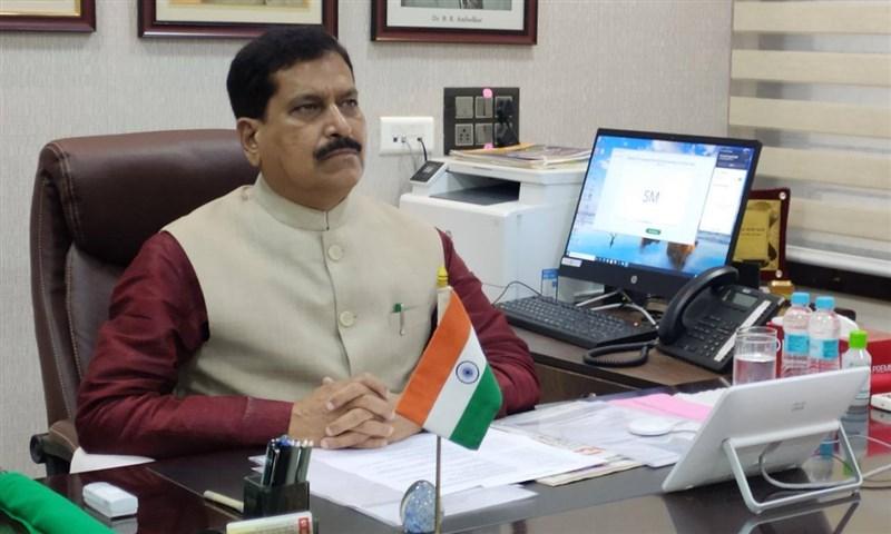 印度武漢肺炎持續延燒,印度鐵路部國務部長安加迪23日因武漢肺炎病逝,成為印度首位染疫身亡的部長。(圖取自facebook.com/SureshAngadi)