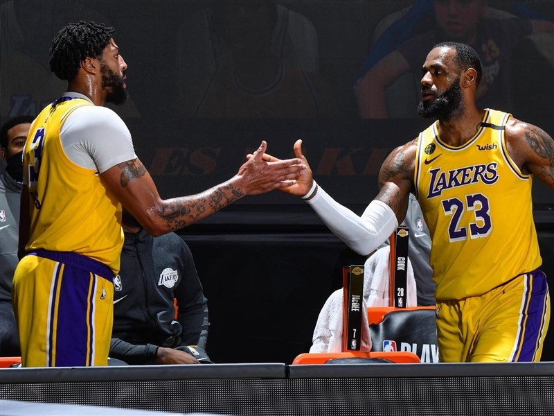 NBA湖人隊球員詹姆斯(右)與戴維斯(左)聯手灌進60分,占全隊一半以上得分,終場114比108擊敗丹佛金塊隊,西區決賽以3比1聽牌。(圖取自facebook.com/losangeleslakers)