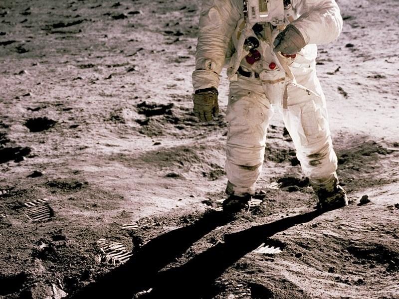 美國計劃2024年執行太空人再度登月的計畫,不過最新研究顯示,月球輻射量是地球的200倍,將使太空人健康受損。(示意圖/圖取自Unsplash圖庫)