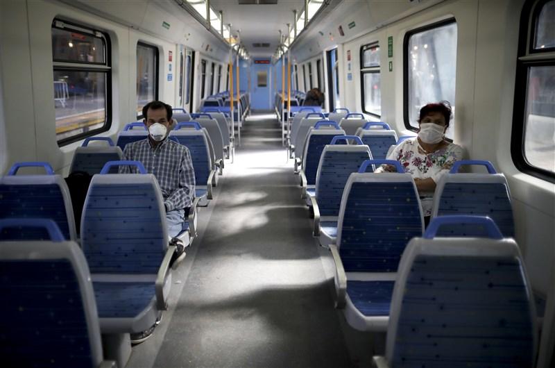 阿根廷武漢肺炎境內累計確診26日突破70萬例,單日新增感染病例與病歿人數都排在世界前5名內。圖為布宜諾斯艾利斯民眾戴口罩搭乘大眾運輸工具。(美聯社)