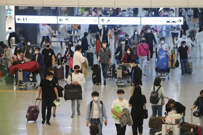 韓國研究結果顯示,曾感染2019冠狀病毒疾病後痊癒者,9成有後遺症。圖為濟州國際機場旅客。(韓聯社)