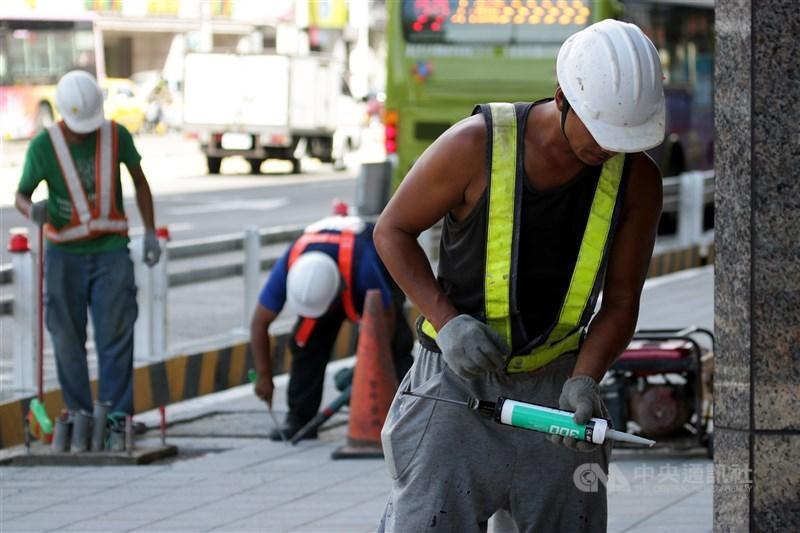 勞動部最新國際勞動統計資料出爐,台灣2019年總工時為2028小時,較2018年減少約5小時,在主要國家中持平排名第4。(中央社檔案照片)