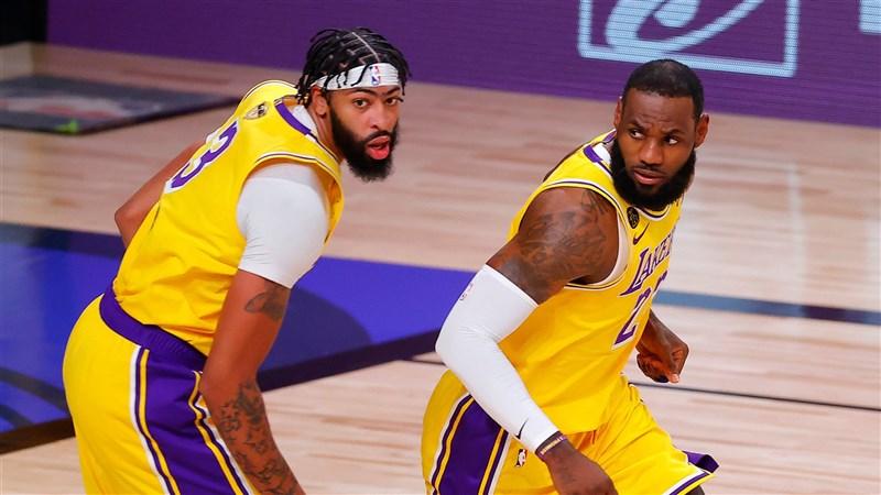 美國職籃NBA總冠軍賽第一戰,洛杉磯湖人靠戴維斯(左)與詹姆斯(右)合砍59分擊敗邁阿密熱火拔得頭籌。(圖取自twitter.com/nba)