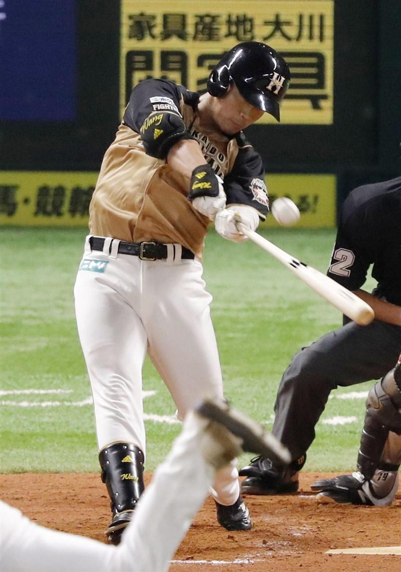 日本職棒火腿隊台灣好手王柏融3日於第8局代打時敲出中外野方向全壘打。(共同社)
