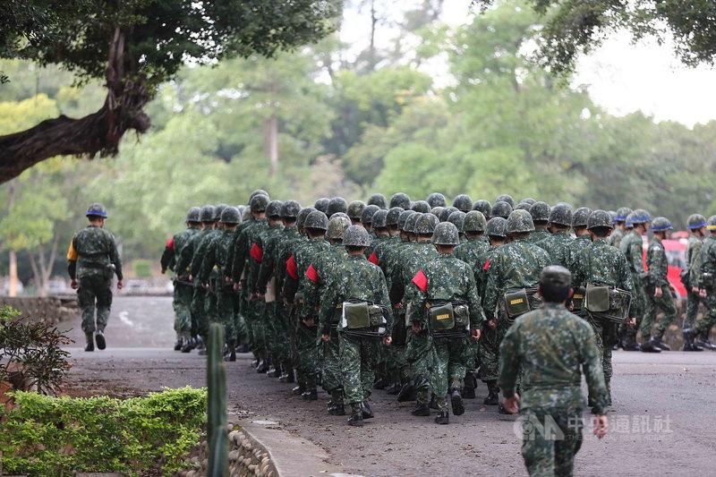 國防部長邱國正10日證實,將朝廢止軍團、防衛指揮部,保留「作戰區」編制規劃。(中央社檔案照片)