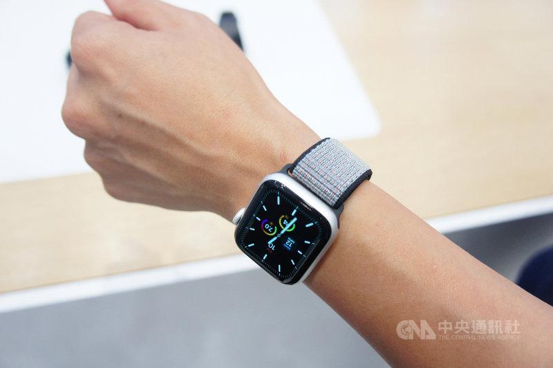 2019年發表的Apple Watch Series 5搭載watchOS 6作業系統,讓Apple Watch擁有獨立App Store,降低對iPhone依賴度,也提高開發者為Apple Watch打造專屬應用的意願。中央社記者吳家豪攝 109年10月4日