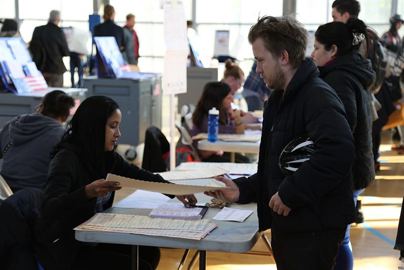 總統選舉投票日定在11月第一個星期一之後的星期二,因此2020年投票日為11月3日。圖為2016年美國大選紐約市民在投票所投票。(圖取自維基共享資源,版權屬公有領域)