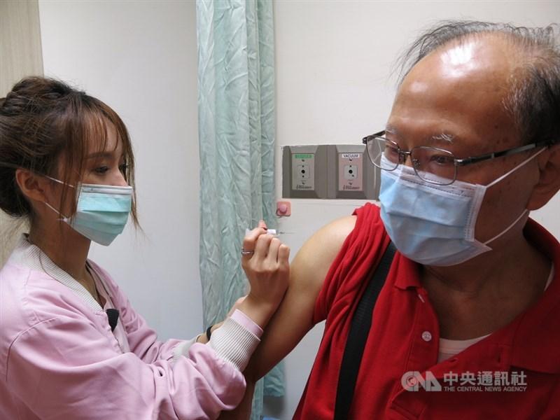 公費流感疫苗5日開打,衛福部豐原醫院一早湧入許多長者前來接種疫苗。中央社記者趙麗妍攝 109年10月5日