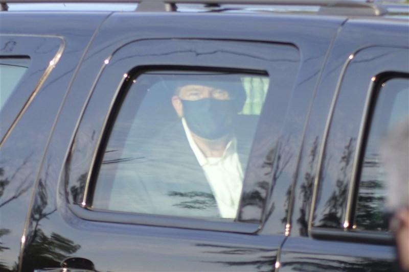 美國總統川普確診武漢肺炎,但他4日冒著風險搭車暫離醫院,在支持者面前意外亮相,想破除病重傳聞。(美聯社)