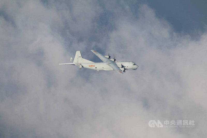 空軍表示,共軍1架運8反潛機6日侵犯台灣西南防空識別區(ADIZ),空軍除了派遣空中巡邏兵力應對外,也實施廣播驅離、防空飛彈追蹤監控等作為。(國防部提供)中央社記者游凱翔傳真 109年10月6日