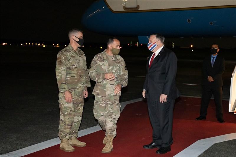 美國國務卿蓬佩奧(前右)6日凌晨抵達日本東京訪問。(圖取自twitter.com/SecPompeo)