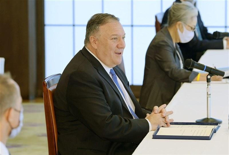 美國國務卿蓬佩奧(中)6日在東京與日本、澳洲及印度外長舉行「四方安全對話」。(共同社)