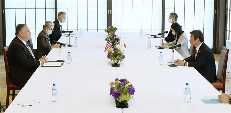 美國國務卿蓬佩奧(前左)6日與日本外務大臣茂木敏充(前右)的會議時說,他贊同日本首相菅義偉的觀點,一個自由開放的印太地區,是區域和平穩定的基石。(共同社)