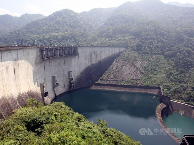 台灣北部、東北部連日陰雨,也替原本蓄水率跌破5成的翡翠水庫帶來豐厚進帳,蓄水率已逾7成。(中央社檔案照片)