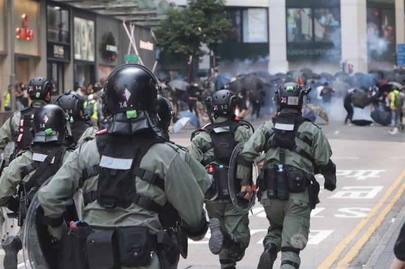 美國、日本及許多歐洲聯盟國家6日聯合呼籲中國尊重維吾爾等少數民族的人權,並對香港現況表達關切。圖為2019年11月11日香港防暴警察向示威者發放催彈後追趕。(中央社檔案照片)