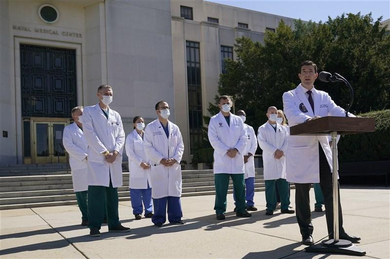 白宮醫師康利(前右)6日發出美國總統川普出院後的第一份健康聲明,內容指出川普生命徵象持續穩定,已無任何症狀。圖為白宮醫療小組3日在國家軍事醫學中心召開記者會。(美聯社)