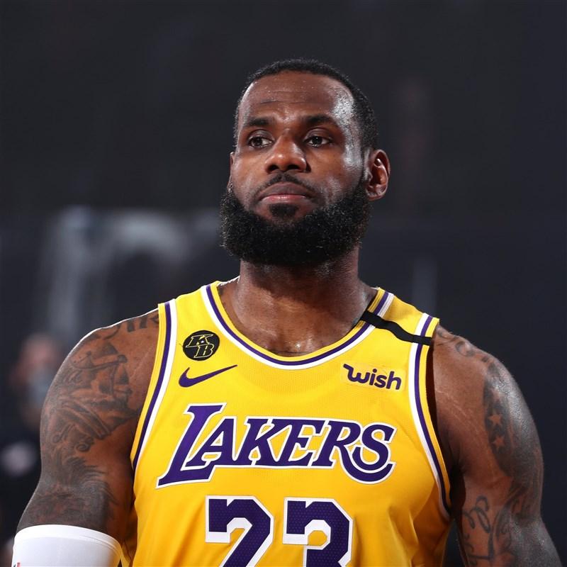 NBA湖人6日在詹姆斯繳出28分12籃板的「雙十」成績帶領下,以102比96擊敗熱火,在總冠軍賽以3勝1敗「聽牌」。(圖取自twitter.com/NBA)