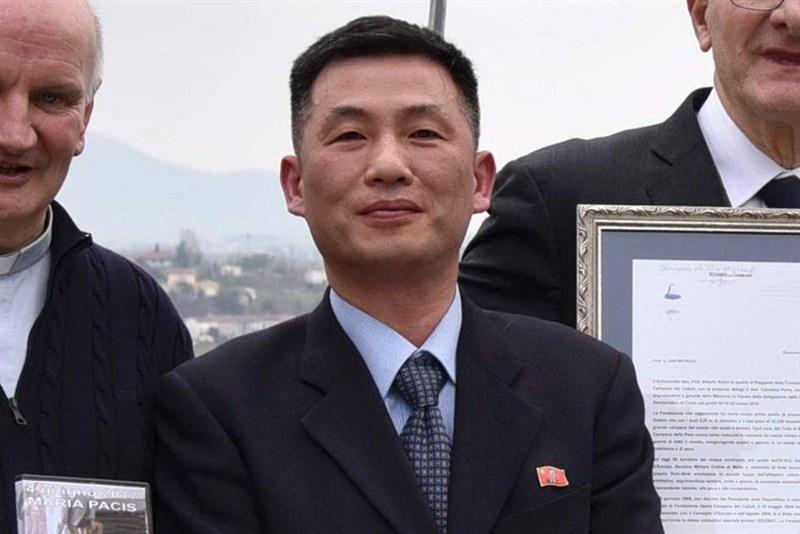 南韓國會情報委員會委員長、共同民主黨議員全海澈7日證實,失蹤已久的前北韓駐義大利代理大使趙成吉(中)2019年7月已入境南韓。(圖取自facebook.com/ManlioDiStefano)