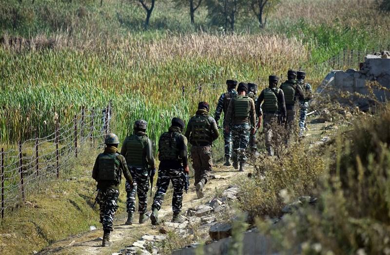 中國與盟友巴基斯坦最近陸續與印度達成和解,專家認為是因為考慮與美國新政府的關係。圖為印度士兵在克什米爾巡視。(安納杜魯新聞社)