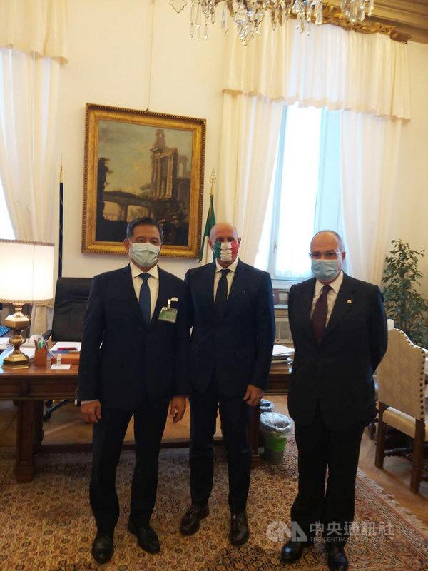 義大利眾院副議長朗裴利(中)接見駐義代表李新穎(左),表態支持台灣與義大利提升外交關係,設立正式大使館。(駐義代表處提供)中央社記者黃雅詩羅馬傳真  109年10月9日