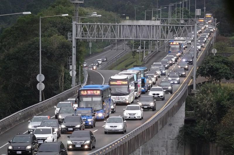 二二八連假最後一天,交通部高速公路局預估3月1日包含國1新竹系統-竹北等國道8路段恐車多壅塞,其中國5北上宜蘭 -坪林路段更可能壅塞10小時。(中央社檔案照片)