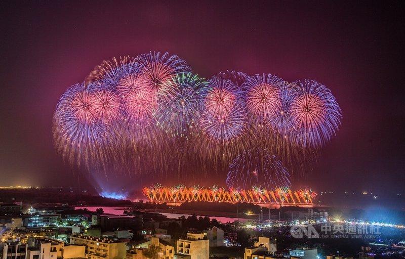 2020國慶焰火在台南,10日晚間在安平漁光島登場,璀璨煙火照亮黑夜,施放時間達33分鐘,吸引大批民眾前往欣賞。中央社記者董俊志攝 109年10月10日