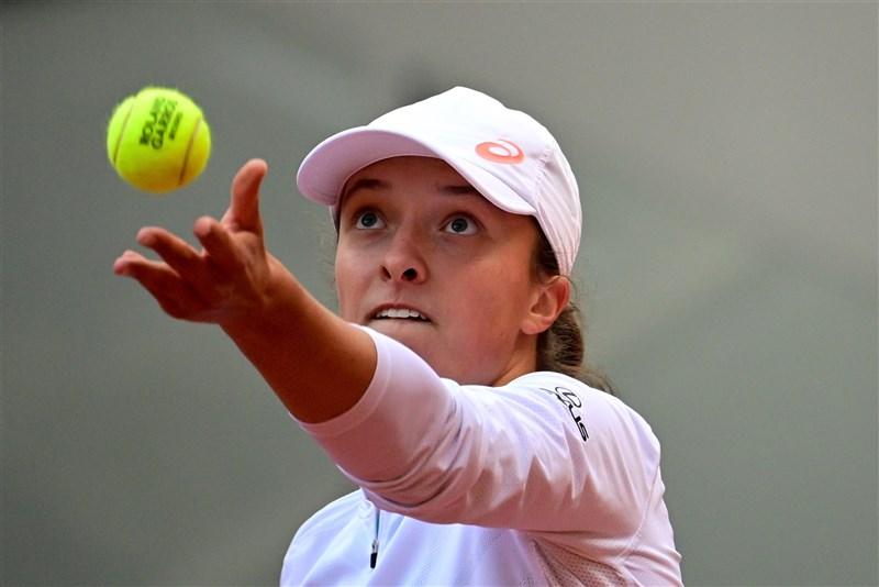 19歲的非種子球員斯威雅蒂10日拿下法國網球公開賽女單冠軍,是自1992年的莎莉絲以來,最年輕的冠軍得主。(法新社)