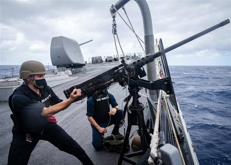 共軍南部戰區9日晚間發文指控美國海軍飛彈驅逐艦馬侃號闖入中國西沙「領海」。美軍第七艦隊則發布,馬侃號當天曾在艦上進行防衛演習。(圖取自facebook.com/7thfleet)