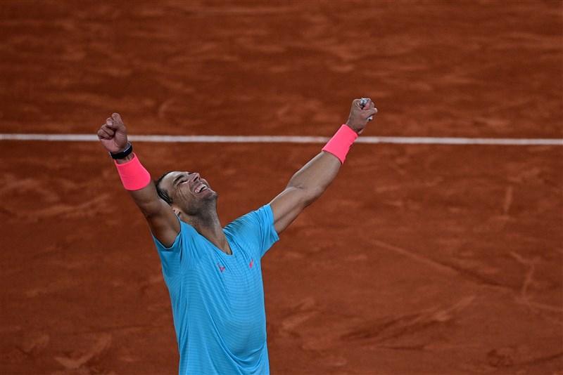法網男單決賽11日登場,西班牙名將納達爾(圖)意外以直落三盤解決球王喬科維奇,笑奪生涯第20座大滿貫賽金盃。(法新社)