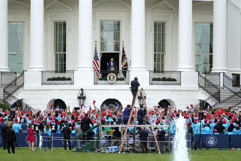 白宮10日舉辦染疫後首場公開活動,總統川普站在白宮陽台上發表長約17分鐘演說,台下聚集數百名支持者。(美聯社)