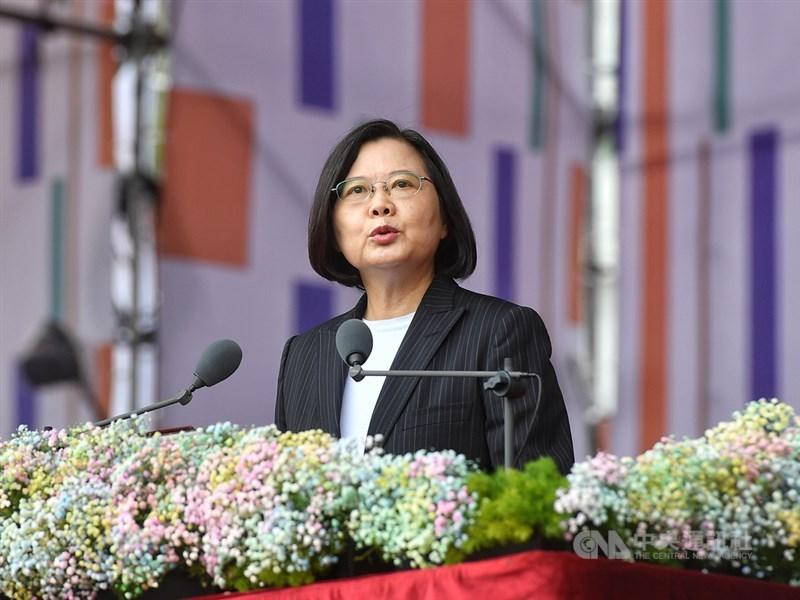 109年國慶大典10日上午登場,總統蔡英文發表演說表示,她有決心維持兩岸的穩定,但這不是台灣可以單方面承擔,而是雙方共同的責任。中央社記者鄭清元攝 109年10月10日