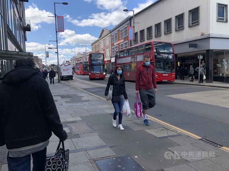 英國政府數據顯示,武漢肺炎全國累計確診數已突破60萬例。圖為倫敦民眾戴口罩上街。(中央社檔案照片)