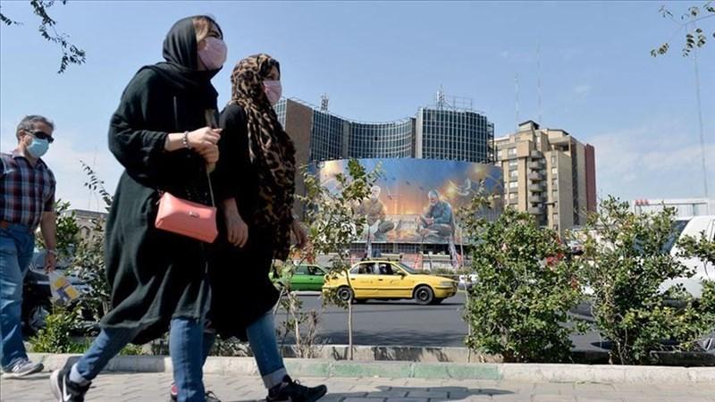 伊朗衛生部發言人12日表示,在過去24小時,新增272人染疫死亡,是歷史新高,不治人數累計2萬8816人,伊朗是中東地區疫情最嚴重的國家。圖為伊朗首都德黑蘭街頭民眾戴口罩防疫。(安納杜魯新聞社)