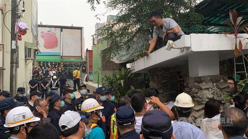 交通部鐵道局中部工程處13日凌晨發動奇襲,強制拆除台南市鐵路地下化沿線3戶拒遷戶,反拆遷社運人士及學生即時趕到,一度和警方發生推擠。中央社記者張榮祥台南攝 109年10月13日