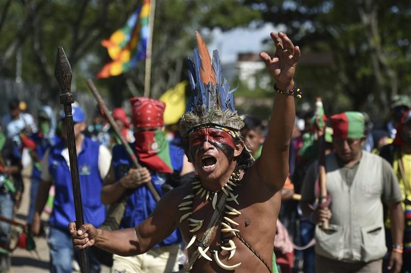 在紀念哥倫布發現美洲新大陸的這一天,數以千計原住民走上哥倫比亞西南部街頭,要求終結暴力。(法新社)