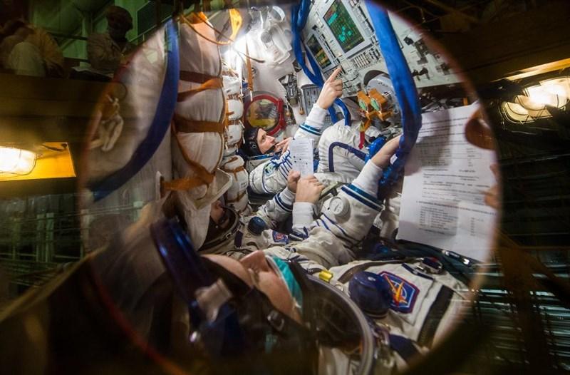 兩名俄羅斯太空人及一名美國太空人14日升空前往國際太空站,僅3小時又3分鐘即抵達成功對接。(圖取自twitter.com/NASA)