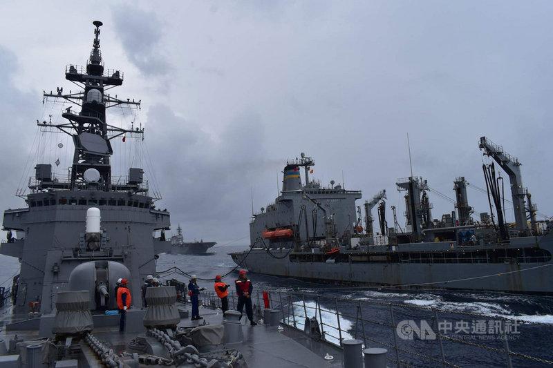 美國海軍勃克級飛彈驅逐艦馬侃號(DDG-56)12日起與日本海上自衛隊第2護衛隊群在南海展開聯合演習。(第7艦隊提供)中央社記者林宏翰洛杉磯傳真 109年10月14日