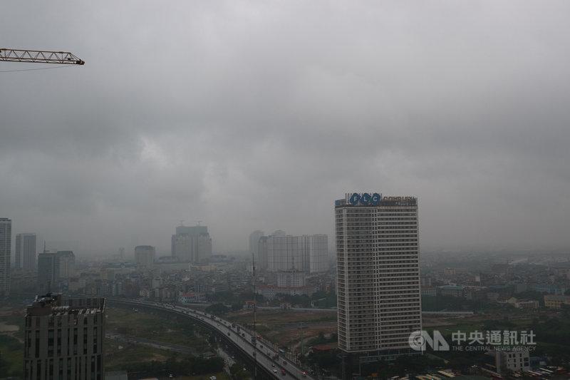 颱風南卡已減弱為熱帶性低氣壓,預計稍晚登陸越南中北部,受外圍環流水氣影響,越南首都河內14日早上的天空黑壓壓一片,至中午雨勢不曾停歇。中央社記者陳家倫河內攝 109年10月14日