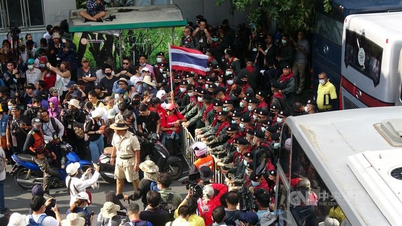 泰國反政府學生團體14日號召上千民眾從民主紀念碑前遊行到總理府,在靠近總理府前的一個十字路口遭到警方人牆擋下,雙方對峙。中央社記者呂欣憓曼谷攝 109年10月14日