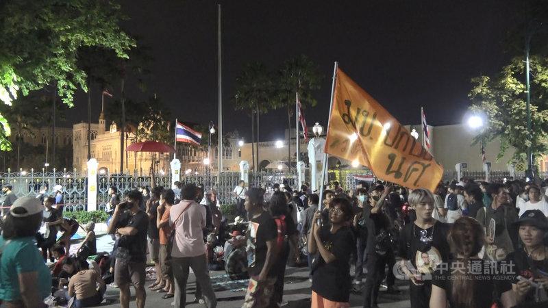 泰國反政府學生團體14日晚間號召上千民眾集結在民主紀念碑前,傍晚遊行到總理府前要總理下台。中央社記者呂欣憓攝 109年10月15日