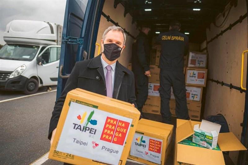 布拉格市長賀瑞普(前)表示,先前訪台時獲台北市長柯文哲贈送10萬片口罩,這批口罩日前順利通關並運抵布拉格,未來將交給社工使用。(圖取自facebook.com/DoctorKoWJ)