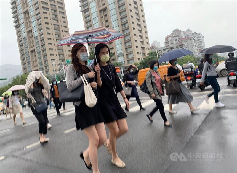 氣象局表示,桃園以北及東半部16日仍有陣雨,大台北山區、基隆北海岸及宜蘭地區雨勢明顯,宜蘭有局部大雨或豪雨以上等級降雨機率。(中央社檔案照片)