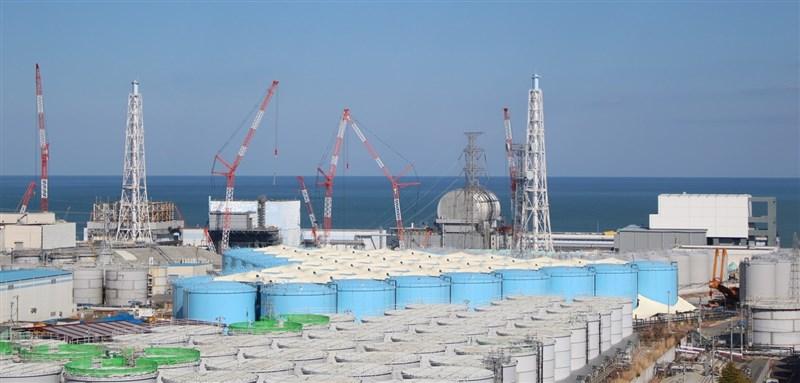 原能會主委謝曉星21日明確表態反對福島核廢水稀釋後排入海中,並福島核災是幾百年一次,和日常排放不能等量齊觀。圖為福島第一核電廠外放置含氚廢水的儲存槽。(圖取自東京電力控股有限公司網頁tepco.co.jp)