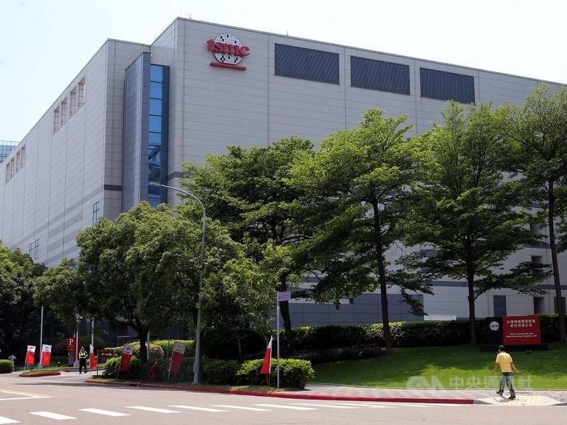 台積電董事長劉德音15日表示,目前美國亞利桑那州12吋晶圓廠進度良好,未來不排除第二期廠房擴建的可能性。圖為台積電台灣廠。(中央社檔案照片)