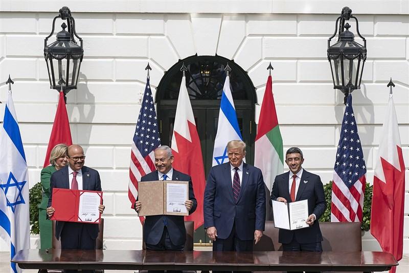 以色列官員表示,兩國10月18日將在巴林首都麥納瑪一場儀式上正式建交。圖為9月15日以色列和巴林由美國居中簽署兩國關係正常化協議,前排左起為巴林外長札亞尼、以色列總理尼坦雅胡和、美國總統川普與阿聯外長阿布杜拉。(圖取自維基共享資源,版權屬公眾領域)